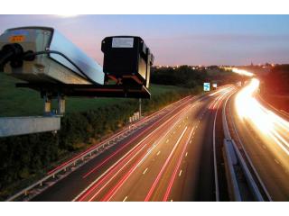 В ряде регионов России могут внедрить новую технологию контроля скорости, использующую видеонаблюдение и умные знаки